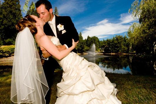 belle robe de mariage avec son homme bien soigné