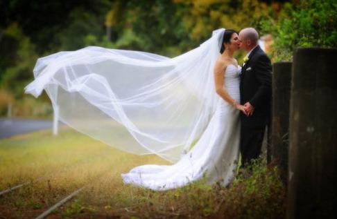 couple s'embrasse d'amour de mariage