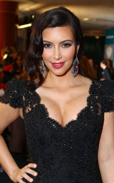 Kim Kardashian et robe dentelle noire de Bruce Oldfield