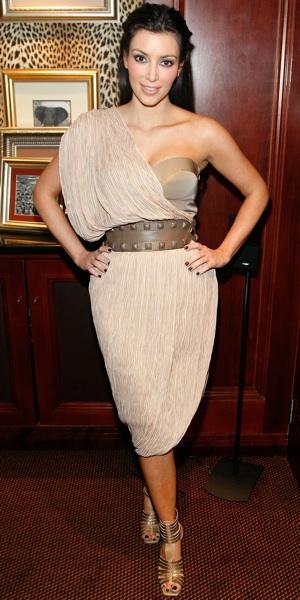 Kim Karadashian en robe beige de sa quatrième journée en visite d'Afrique