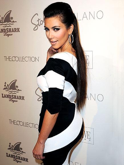 Kim K dans une robe rayée bicolore : noir et blanc