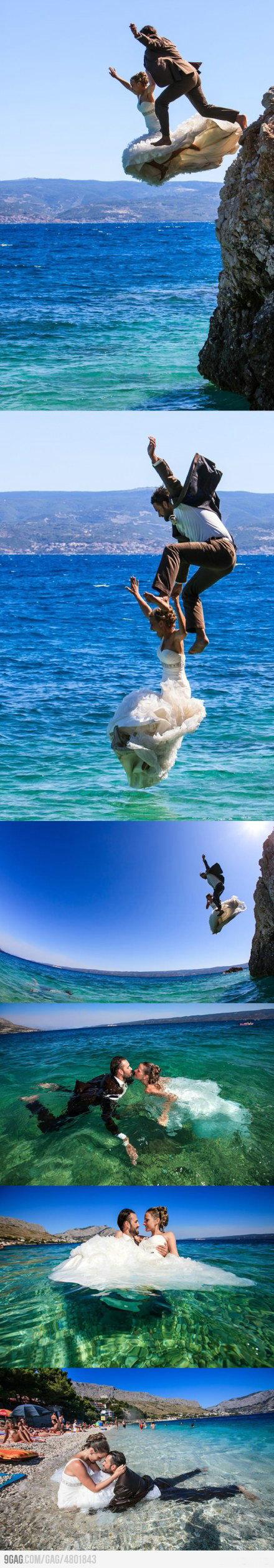 un couple en tenue de mariage saute à la mer