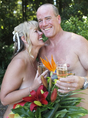 se marier tout nu : un couple a proclamé leur oui à poil