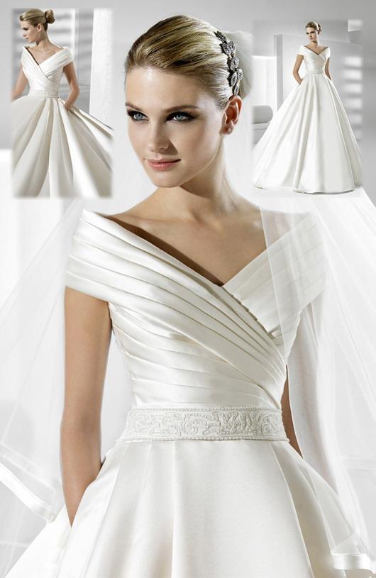 Robe de mariée ruchée oblique, ceinture applique