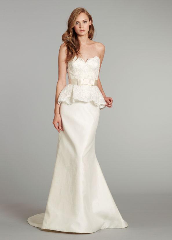 Robe de mariée péplum brodé et perlé, décolleté en coeur à traîne Balayage, ceinture en satin