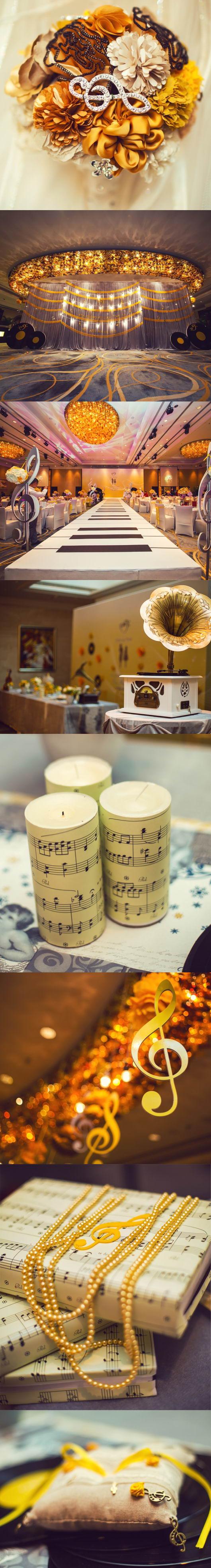 un mariage de thème musique : bouquet ornée de note musicale, podium en clavier, bougie et livre emballé de partition et décoration de phonographe