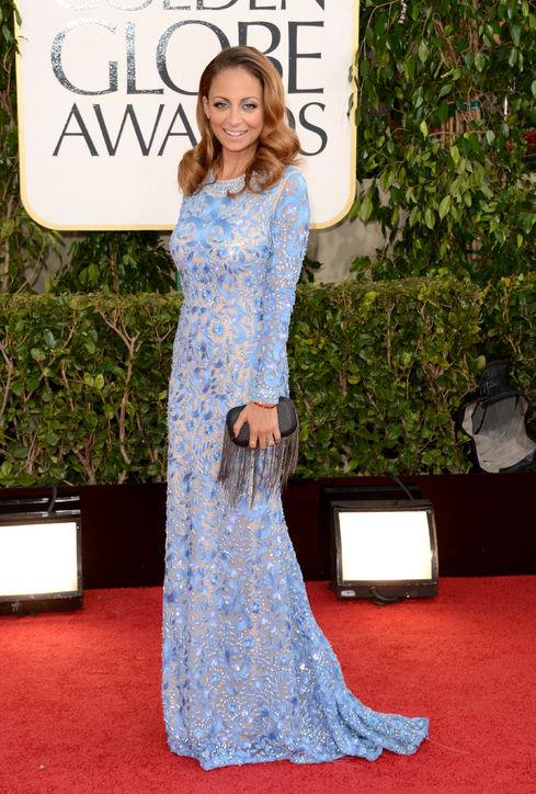 Nicole Richie se pose devant les photographes en robe de soirée manche  longue pour Golden Globes