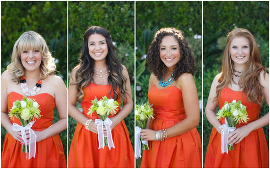 Quatre robes orange pour demoiselle honneur avec différents collier comme accessoire.