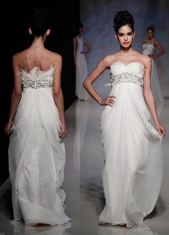 Robe mariée Anoushka embellie de plumes et bijoux