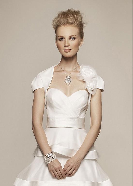 Boléro sans col ornée de rose, robe mariage à volant
