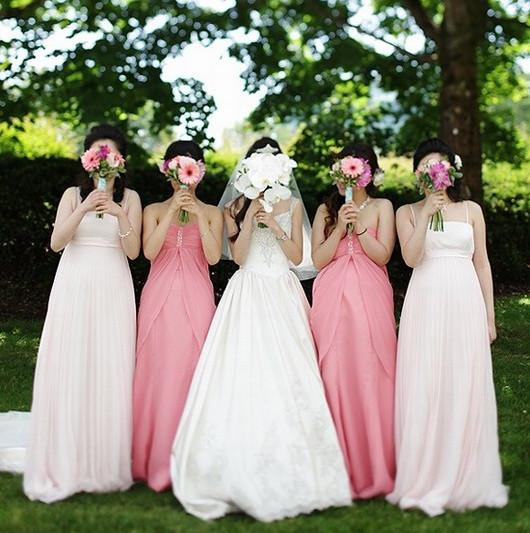 évitez l'unité des robes demoiselles d'honneur; filles se cachent avec leurs bouquet de mariage