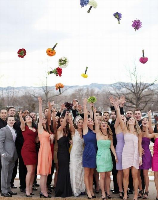 lance de bouquet dans l'air : couleurs mixés dans la cérémonie de mariage