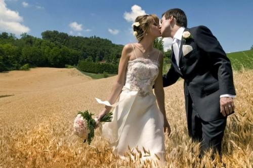 Les fiancés dans le champ de blé.