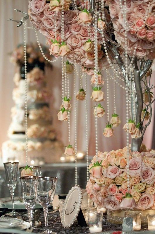ornements de perles accrochés sur l'arbre artificiel posé sur la table de réception
