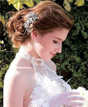La fiancée brune dans la robe de mariée en dentelle