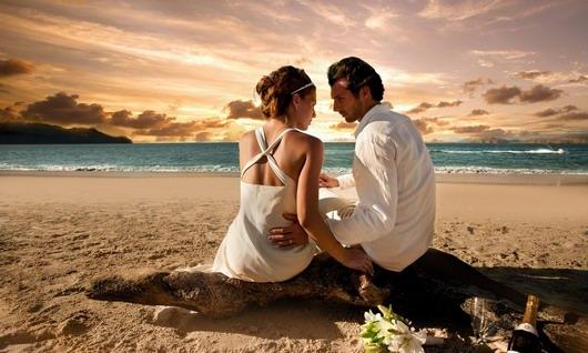 photo de mariage au coucher du soleil