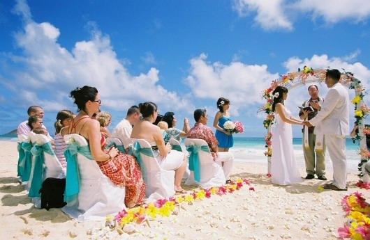 Un couple français tient leur noce à Maldives avec la présence des invités de mariage