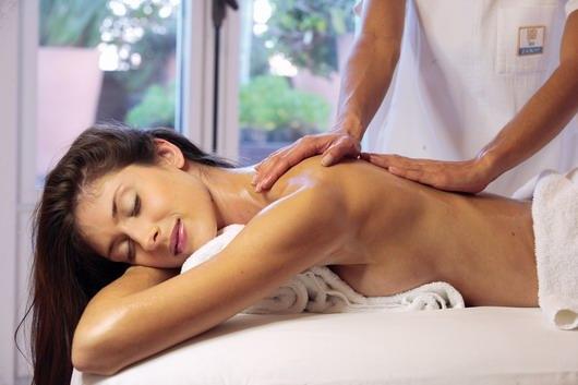 Massage professionnel pour la fiancée à la station thermale