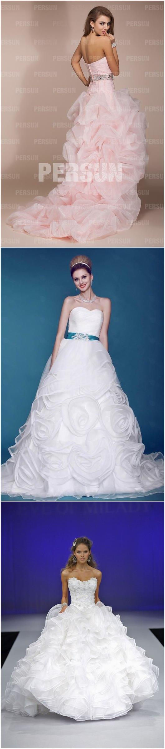 Robes de mariage rose et blanche avec des ornements de fleurs exagérées