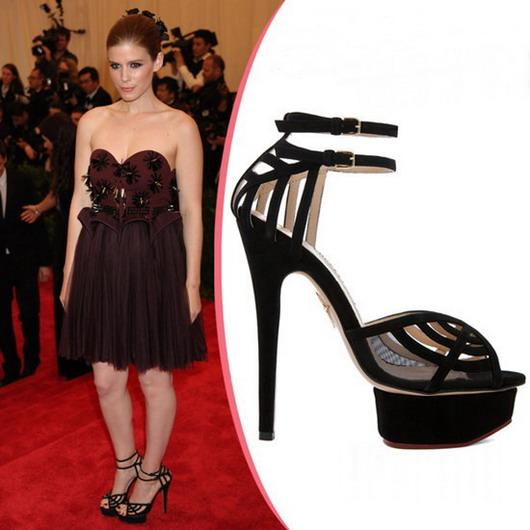 Kate Mara : sandales de velours aux dentelles noires de Charlotte Olympia