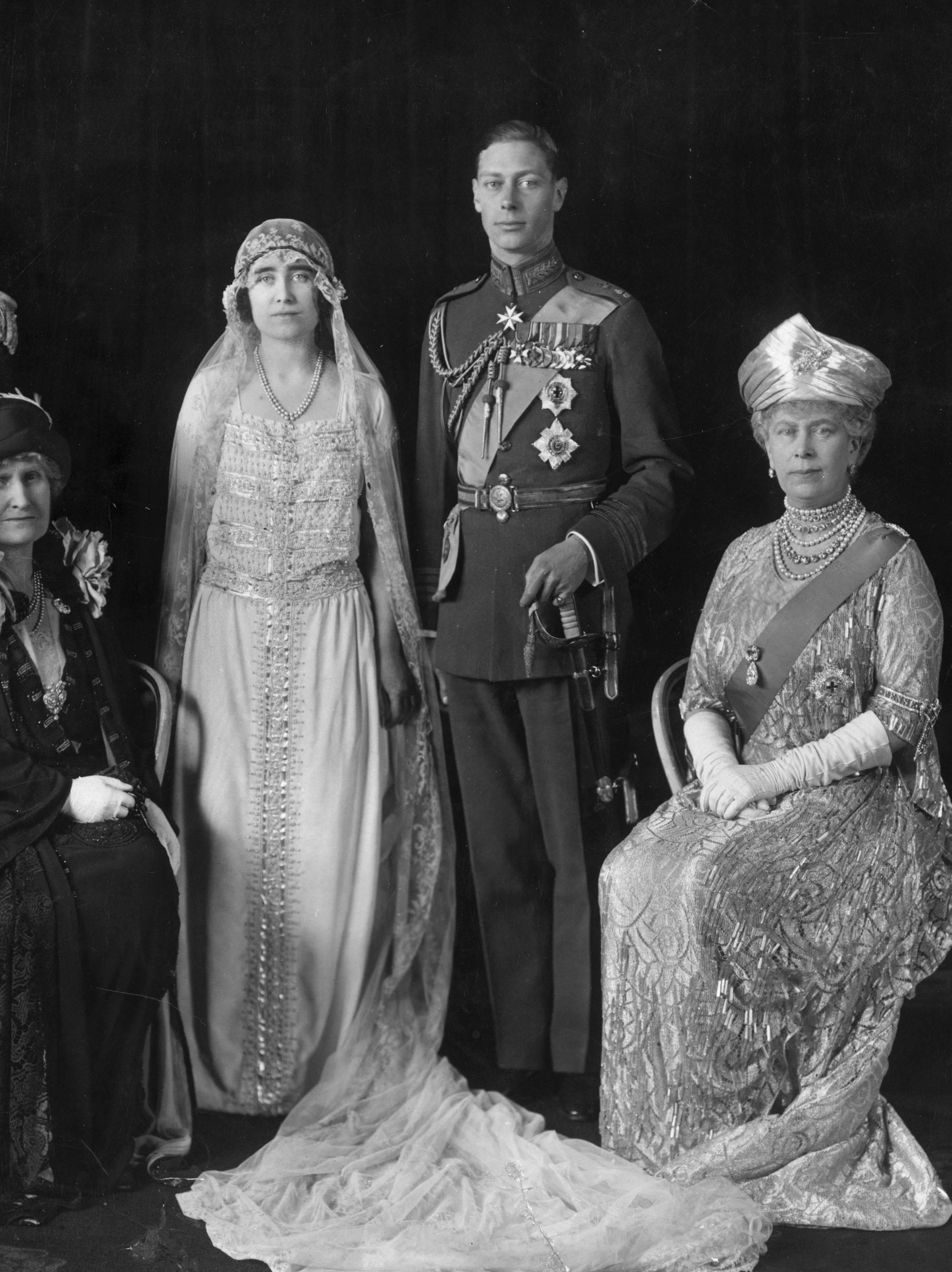 La duchesse d'York portait une robe de mariée ivoire à manche courte avec une voile ample en dentelle.