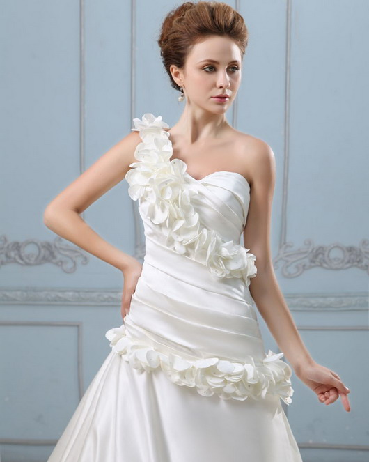 Robe mariage à seule épaule entourée de pétales blanche chic
