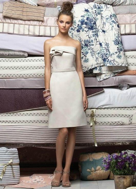 Robe demoiselle d'honneur colonne plissée sans bretelle en satin longue aux genoux
