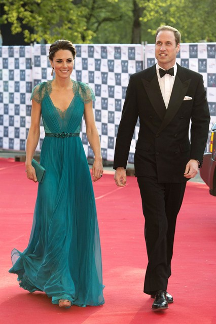 Kate Middleton en robe bleue décolletée en V ornée de strass dans un concert