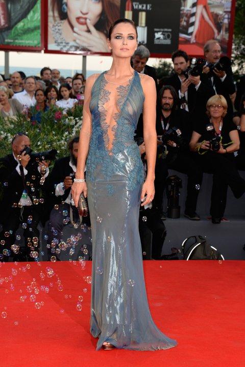 Anna Safroncik apporte une touche sublime avec une robe très décolletée.