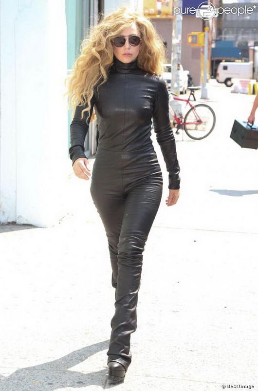 Lady Gaga vetue d'une combinaison en cuir noir