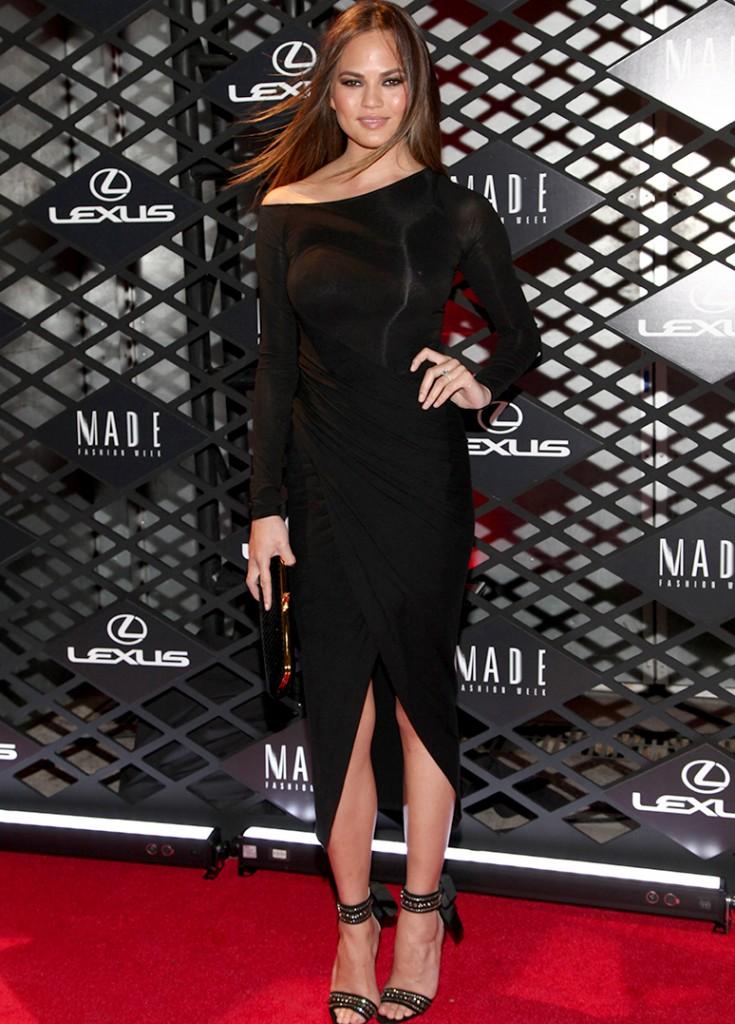 Chrissy Teigen porte une robe noire à manche longue.