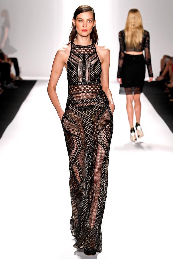 Une robe longue noire ajourée issue de la marque J.Mendel