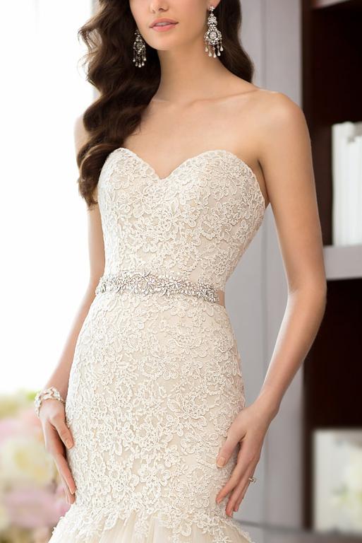 Robe de mariée haut de gamme : bustier en broderie exquise