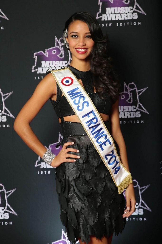 Flora Coquerel porte une petite robe noire aux NJR Music Awards