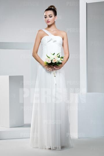 Une robe de mariée longue blanche pour la cérémonie de baptême