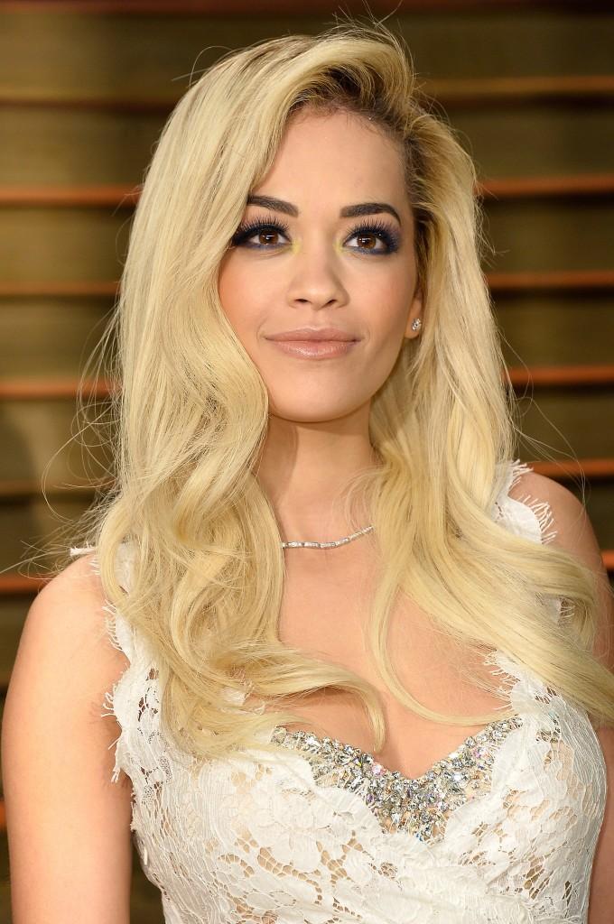 Rita Ora nous a fait craquer en portant une robe longue dentelle