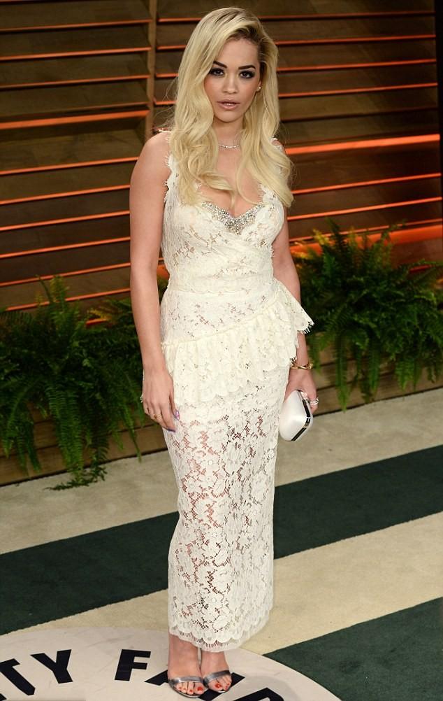 Rita Ora a choisi une robe crème en dentelle à la soirée post-Oscars.