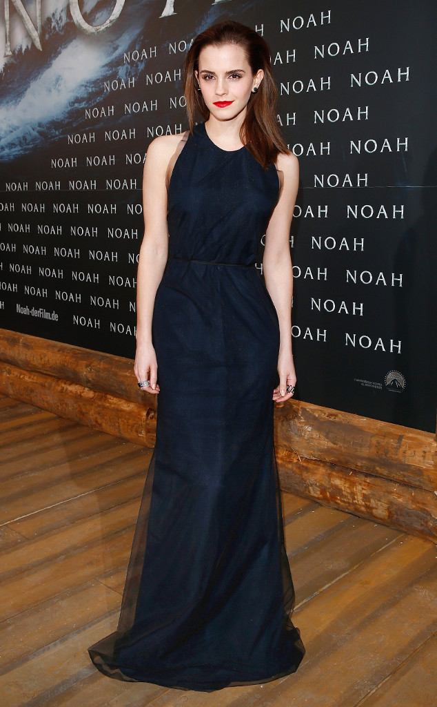Emma Watson en robe marine de soirée à la première de son nouveau film