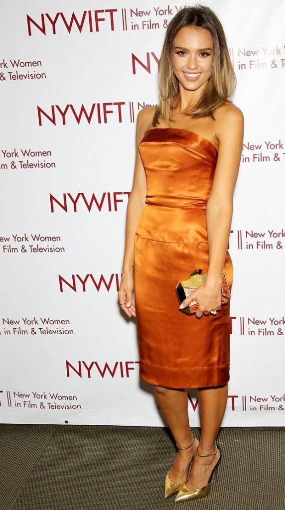 Jessica Alba sublime dans sa robe bustier orange lamée