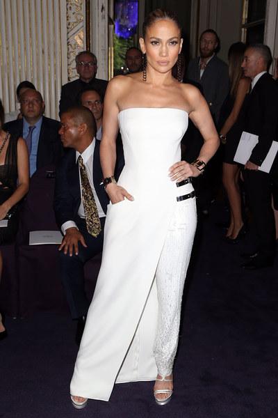 Jennifer Lopez en tenue blanche bustier au défilé versace