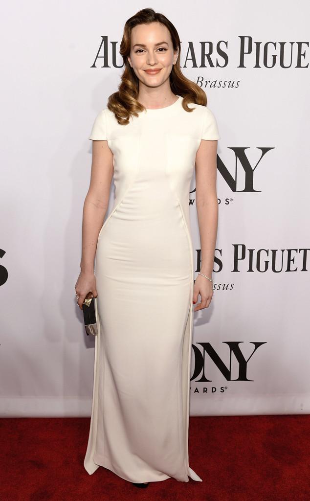 Leighton Meester portait une robe blanc cassé à coupe simple