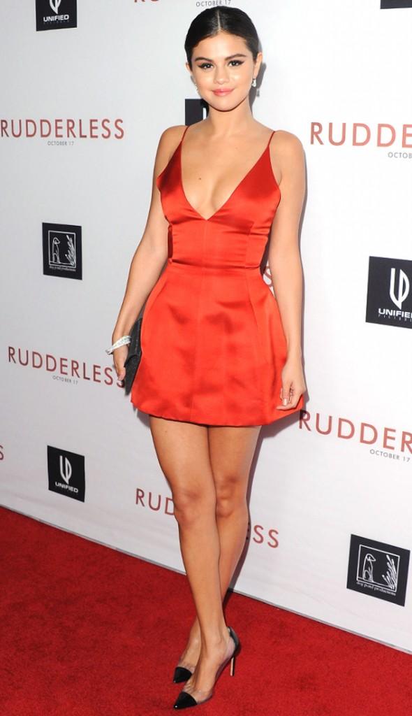 Selena Gomez était sexy en portant une petite robe rouge
