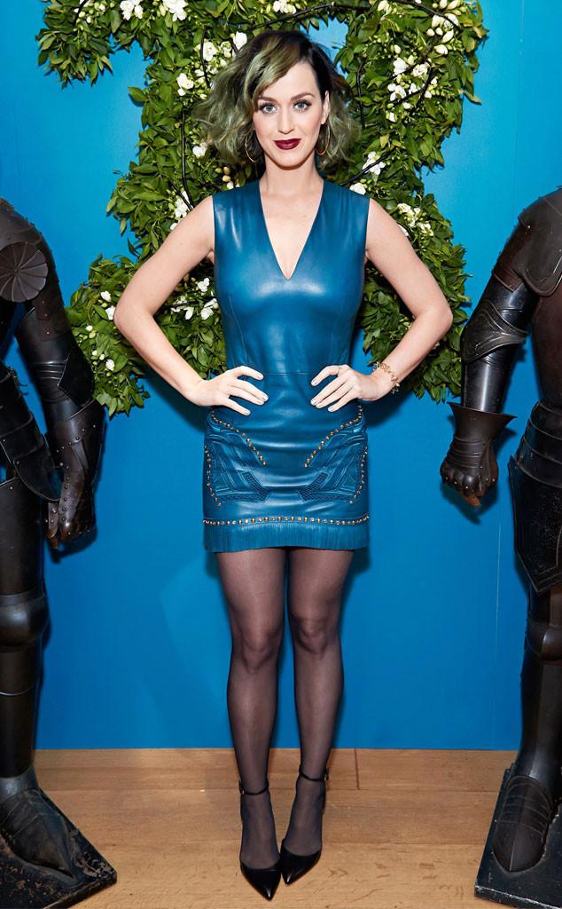 katy perry en petite robe bleu à coup droit