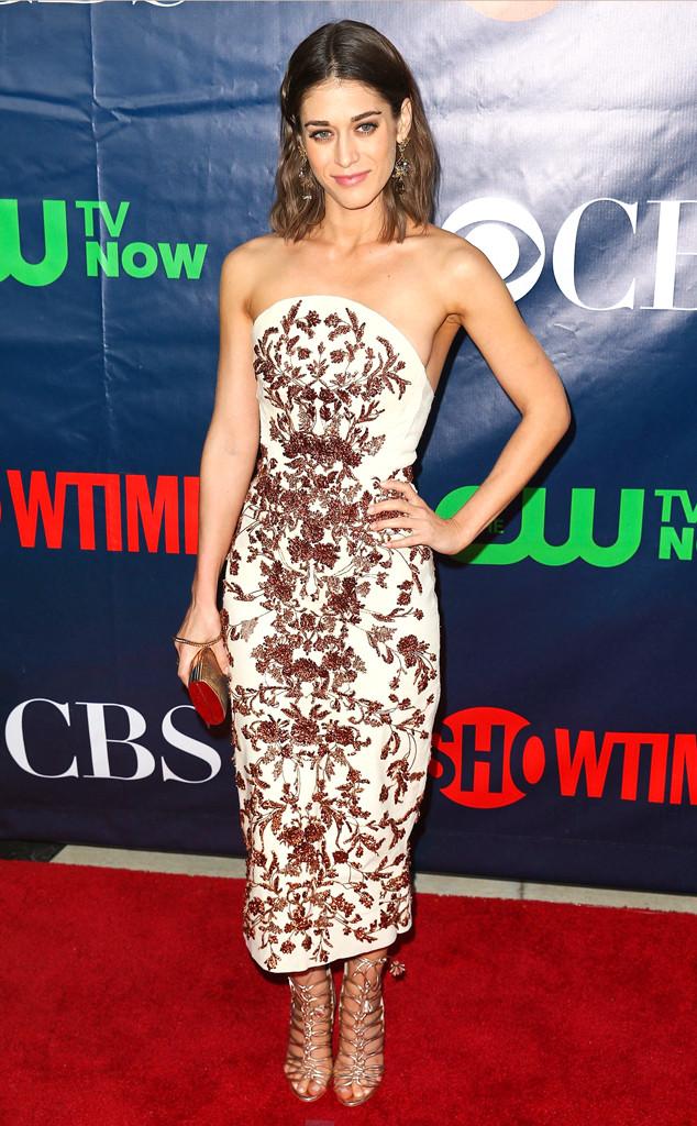 Lizzy Caplan sublime dans une robe de soirée très sophistiquée signée Marchesa