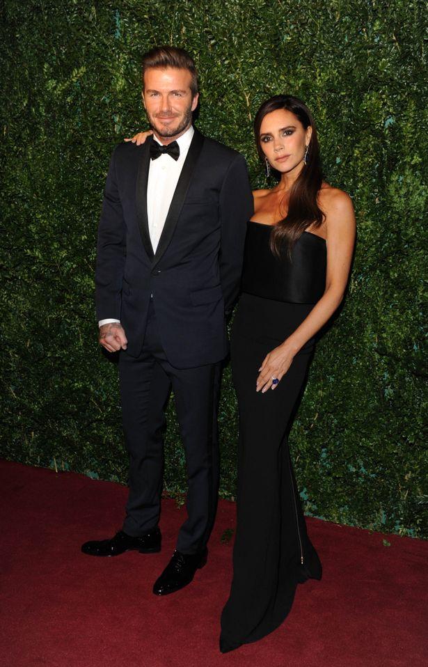 Victoria Beckham en robe de soirée bustier noire issue de sa propre collection