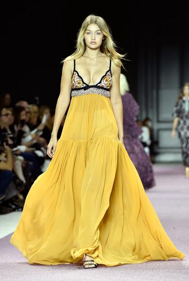 robe-jaune-gigi-hadid-fashion-week