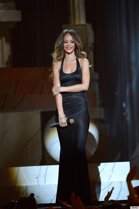 Rihanna dans une robe noire vintage