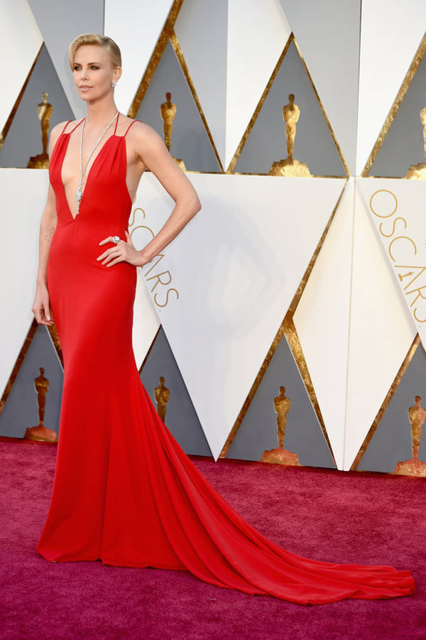 Charlize-Theron-en-robe-rouge-sexy-aux-oscars