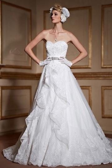 robe-de-mariee-bustier-coeur-en-dentelle-avec-ceinture-cousue-de-brillants-a-traine-cathedrale