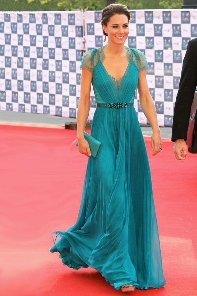 robe-de-celebrite-princesse-kate-en-mousseline-bleue-col-v-ornee-de-strass